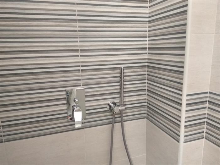 Piastrelle a righe da bagno su portobello materiali edili